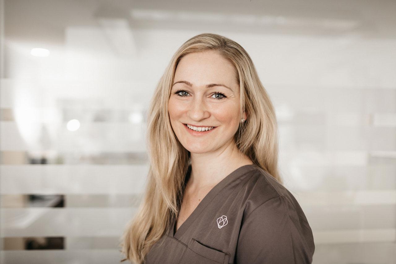 Melanie ist beim Zahnarzt in Kempten (Allgäu) Spezialistin für Parodontologie und Implantologie